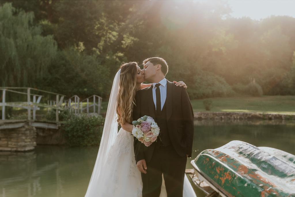 sposi al tramonto presso tenuta agrivillage a Roma