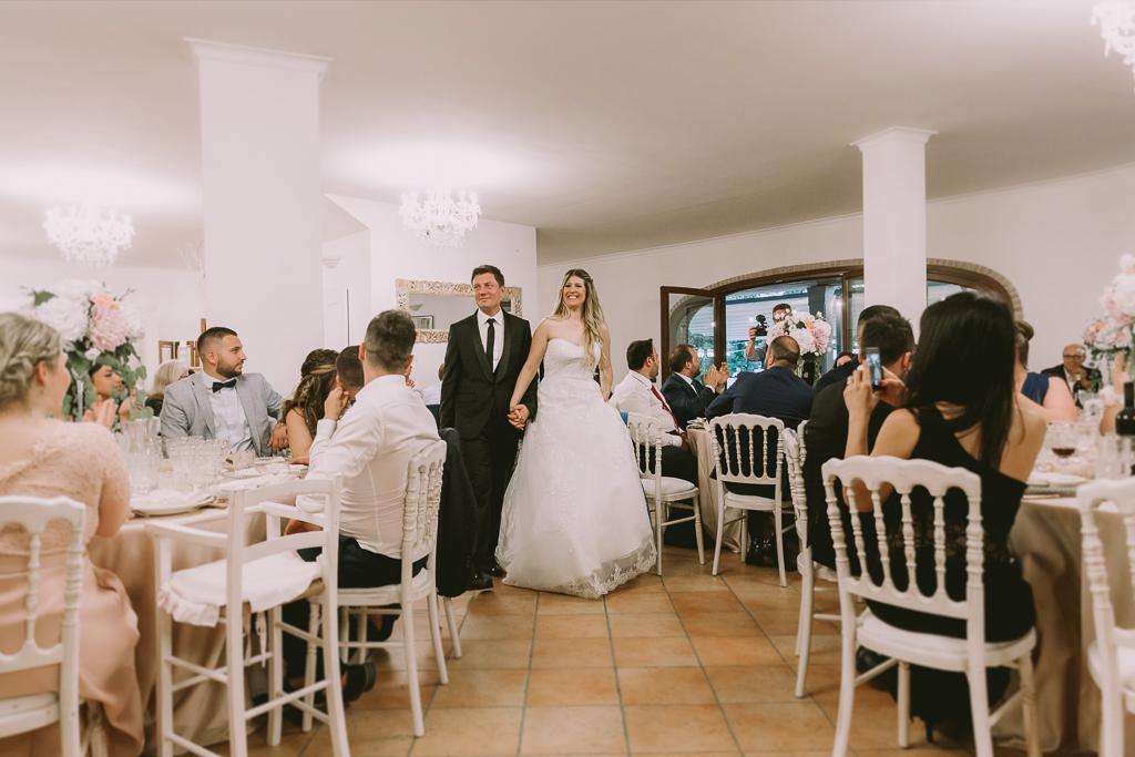 ingresso sposi in sala presso tenuta agrivillage