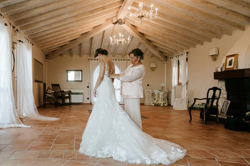 chiusura del vestito della sposa a roma