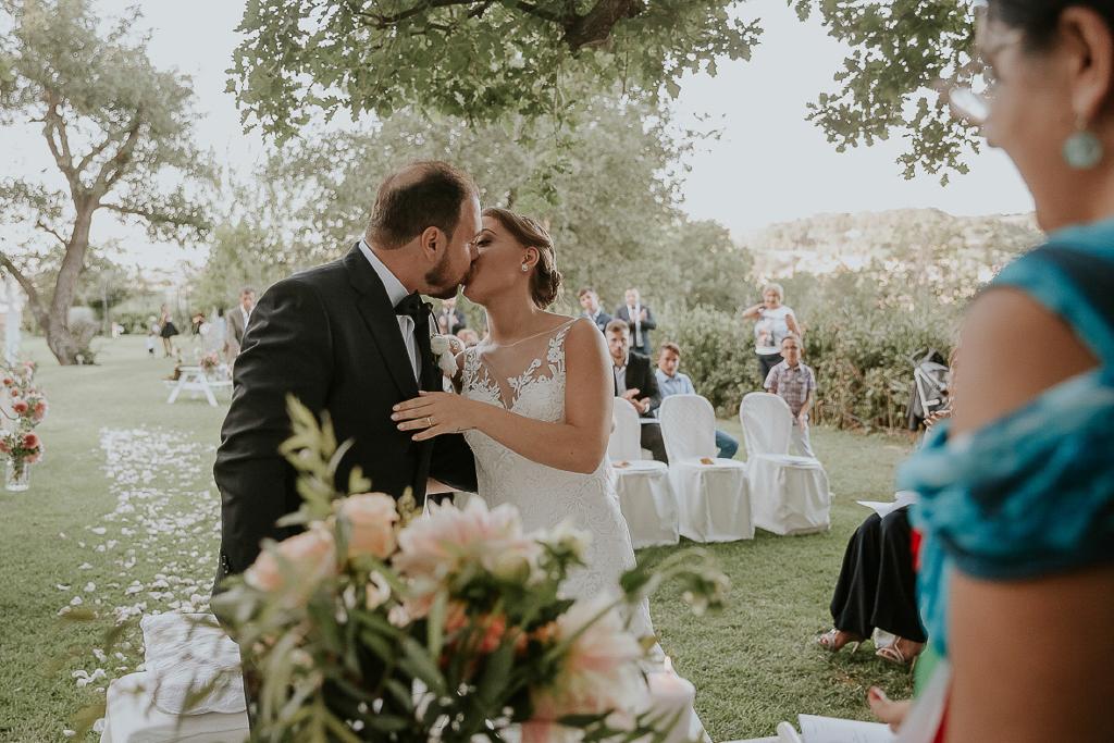 bacio sposi dopo la cerimonia