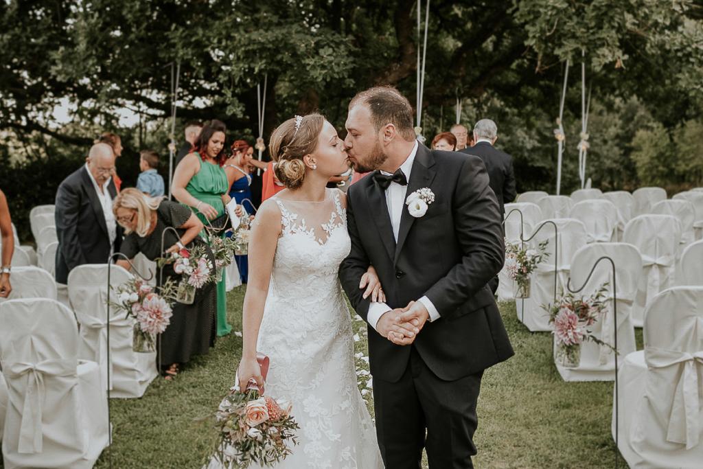 bacio dopo la cerimonia di matrimonio