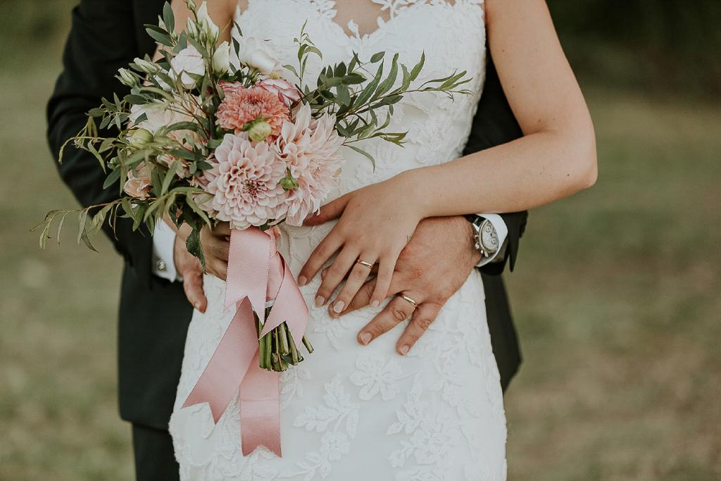 bouquet di matrimonio con fedi