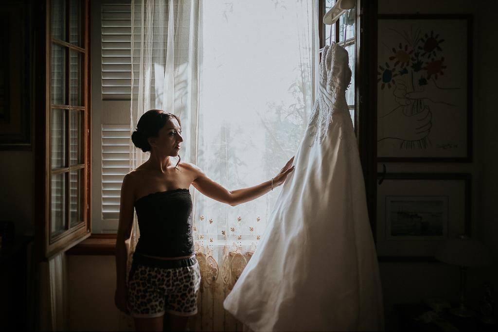 la sposa è pronta ad indossare l'abito bianco