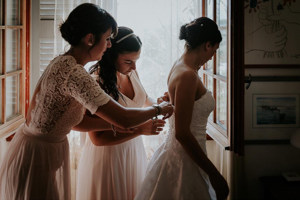 la sposa indossa il suo abito bianco