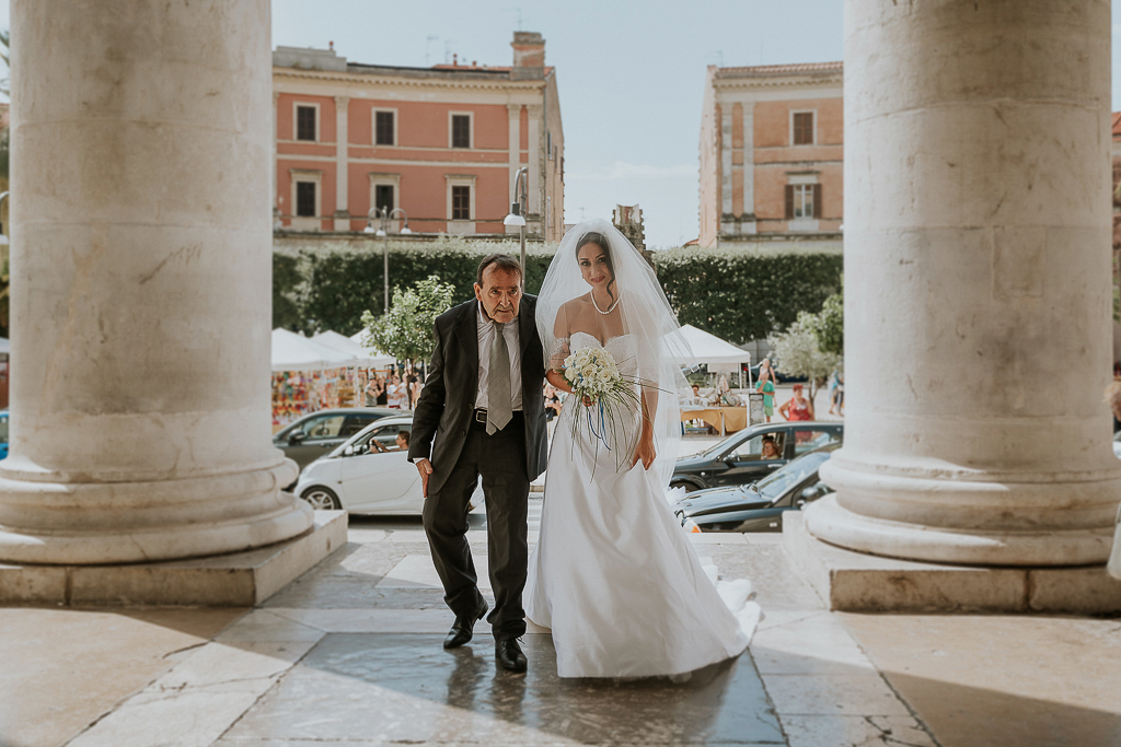 la sposa entra in chiesa a terracina