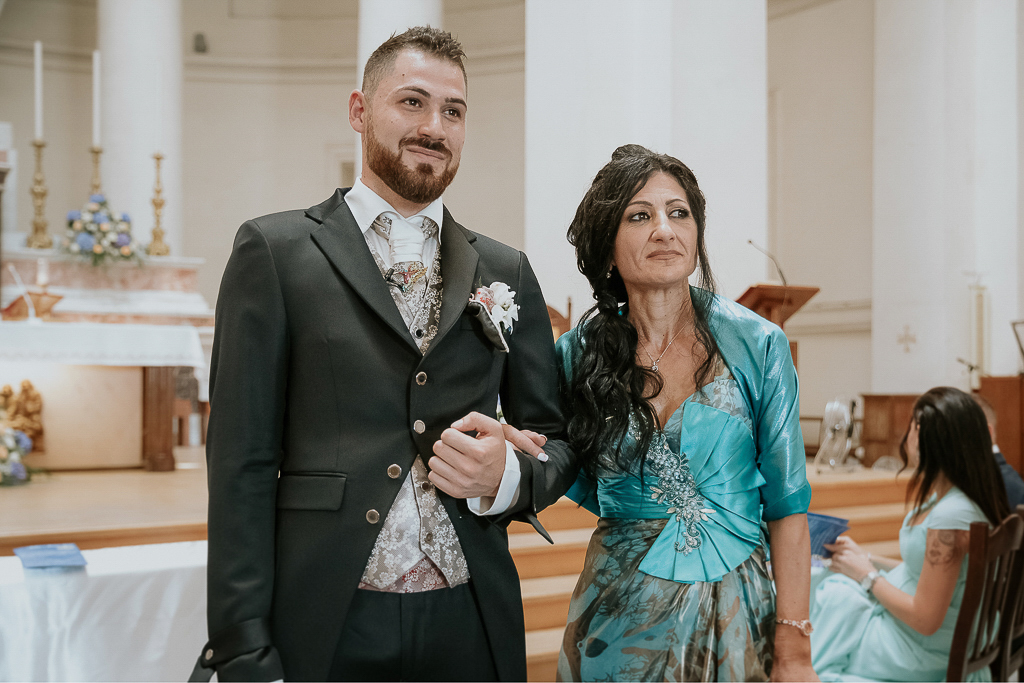 lo sposo attende la sposa per la cerimonia