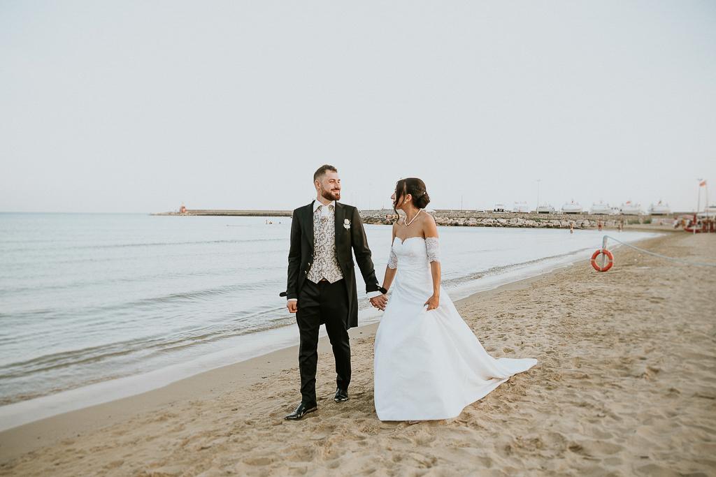 passeggiata sposi al mare