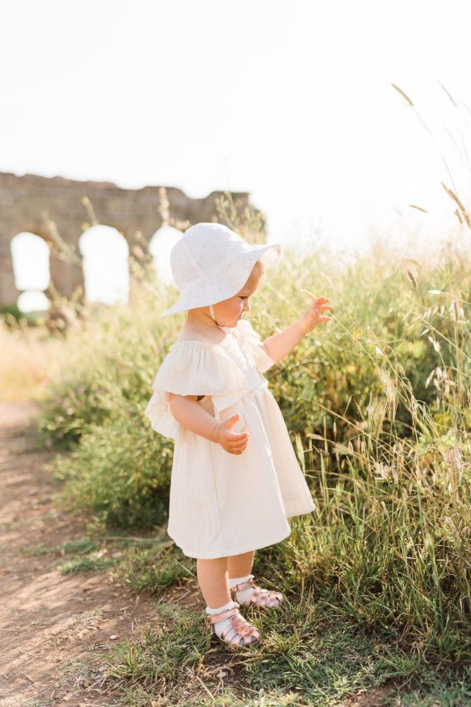 foto bambina che gioca al parco con la famiglia