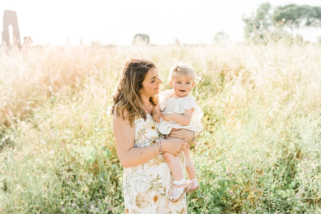 mamma e figlia giocano per il servizio fotografico