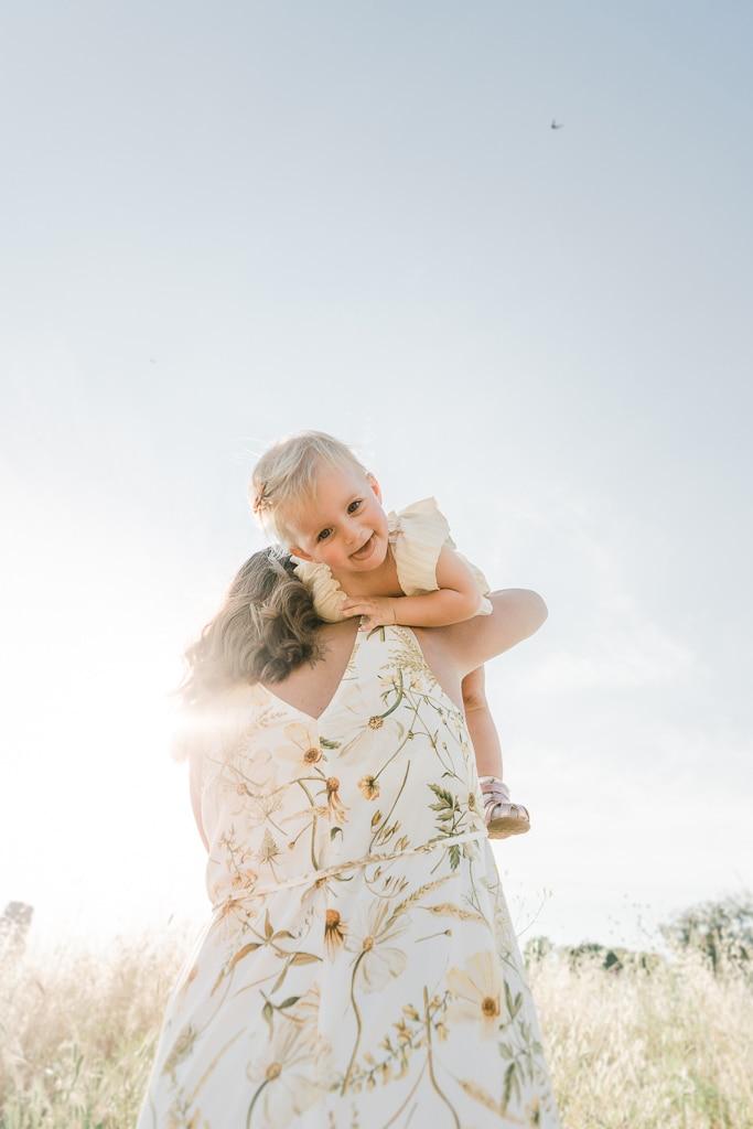 mamma e figlia giocano al parco