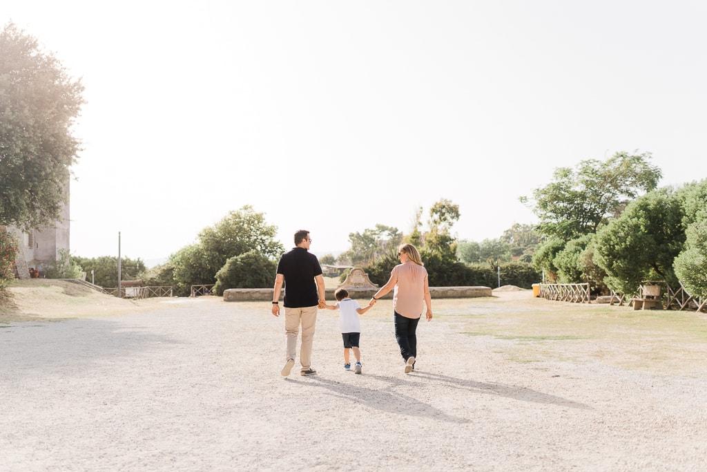 famiglia passeggia durante il servizio fotografico a santa severa
