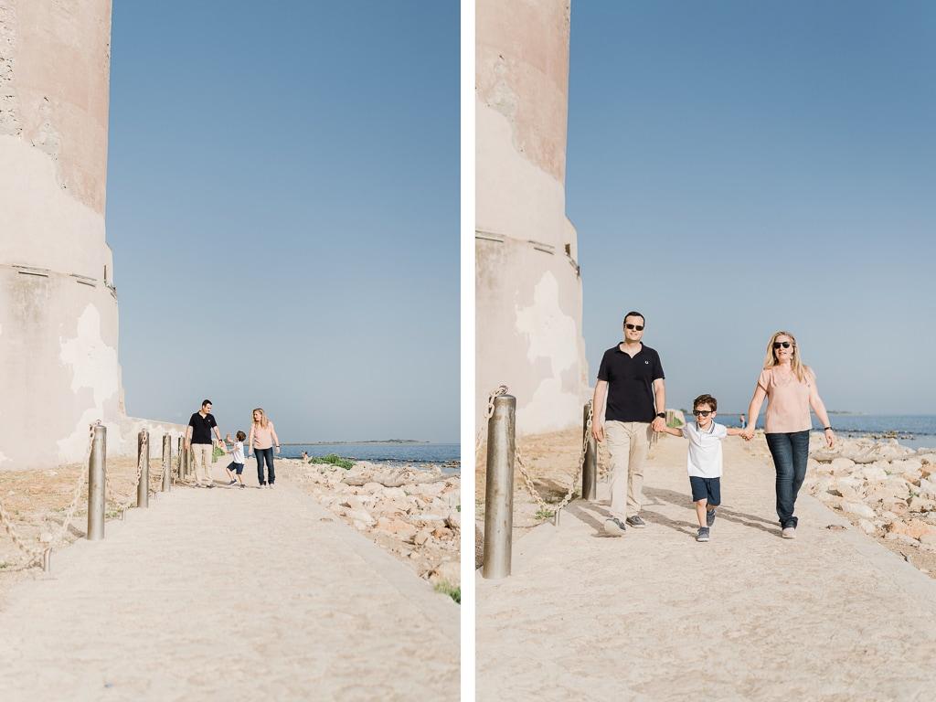 famiglia passeggia sotto il castello di santa severa