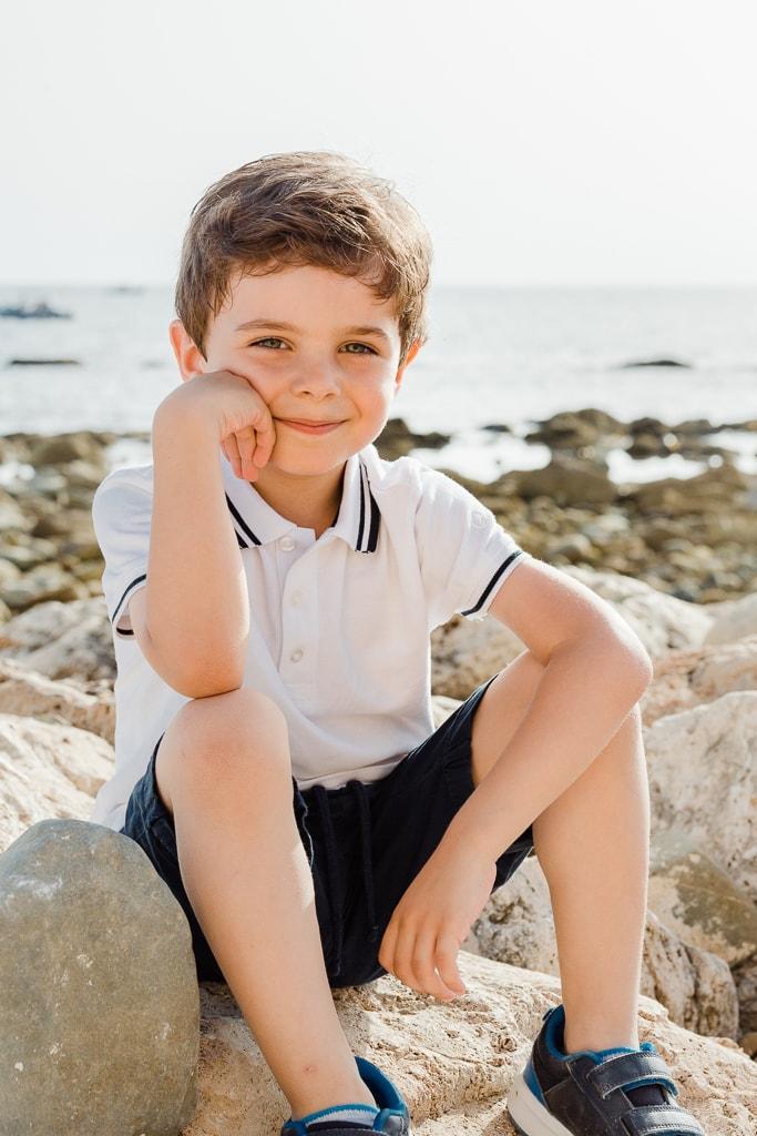 foto bambino sugli scogli di santa severa