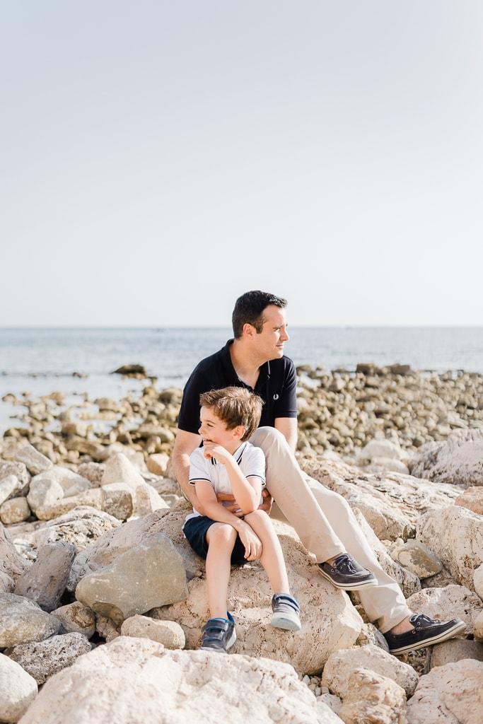 papà e figlio sugli scogli