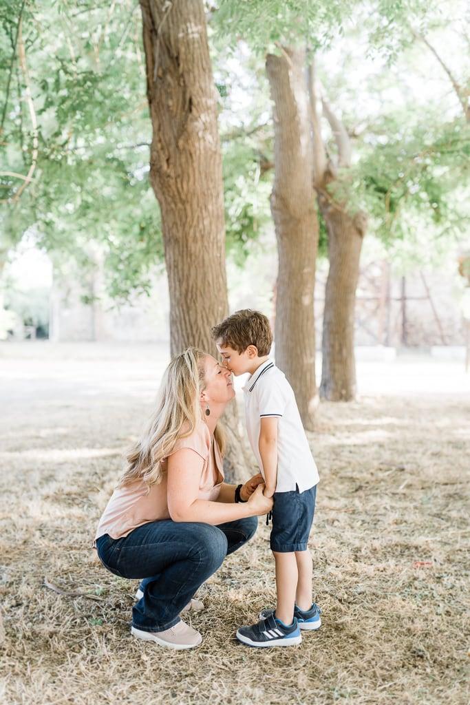 coccole tra mamma e figlio