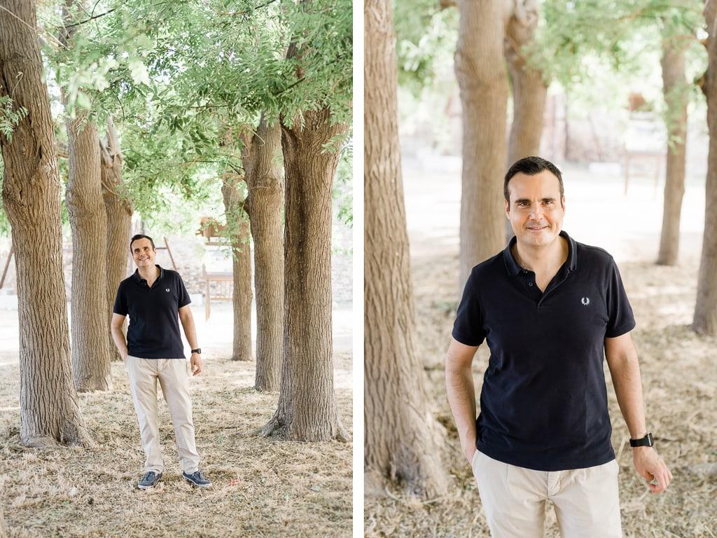 foto del papà sotto gli alberi