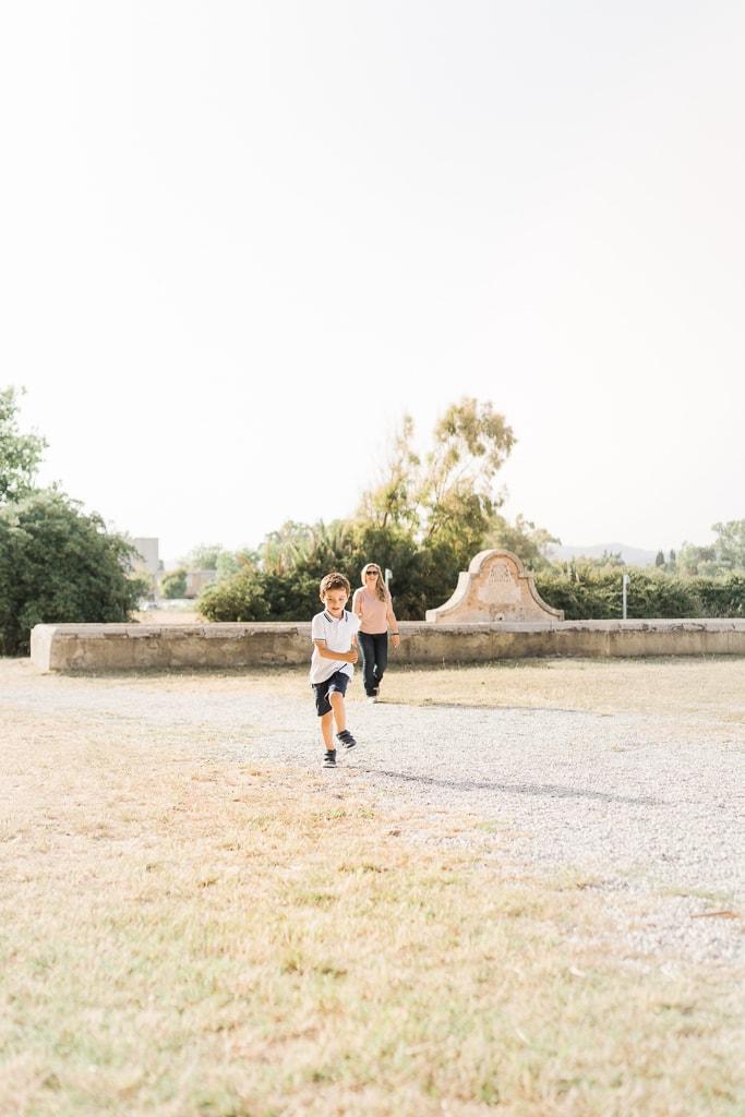 foto del bambino che corre