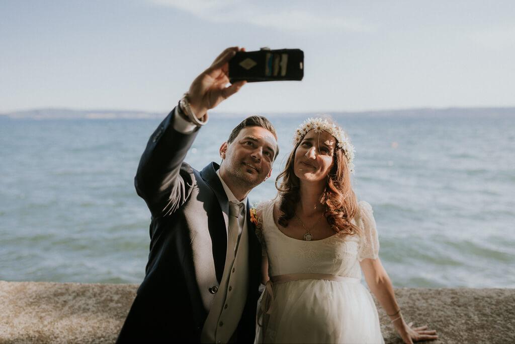 selfie degli sposi sul lago