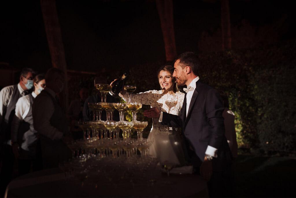 sposi che brindano con gli ospiti